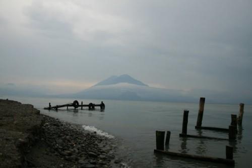 le Lac Atitla, le volan Atitlan au fond : bienvenue à Panajachel