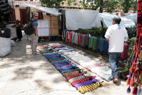 un vendeur de hammac au marché de San Cristobal