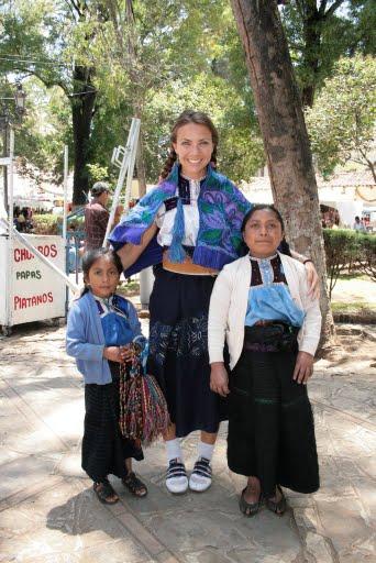 Anne, 1,6m, géante à coté des mayas! la classe avec les baskets LOL
