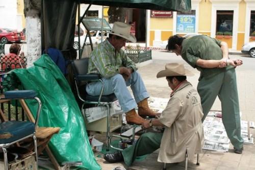 cireur de chaussure sur le Zocalo, San Cristobal