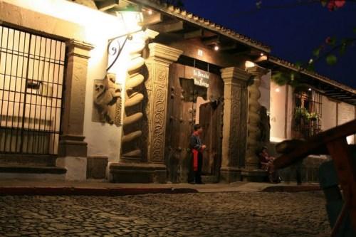 l'entrée de la Posada, at night :-)
