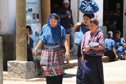Femmes en tenue typique de San Antonio Palopo