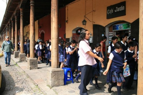 des écoliers sur la place principale